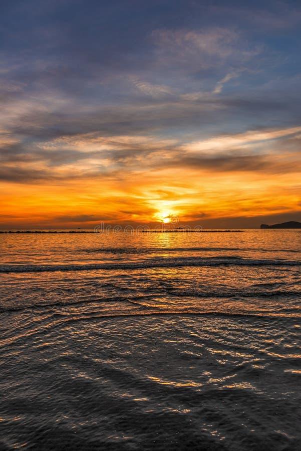 Ζωηρόχρωμος ουρανός πέρα από τη θάλασσα σε Alghero στο ηλιοβασίλεμα στοκ φωτογραφία με δικαίωμα ελεύθερης χρήσης