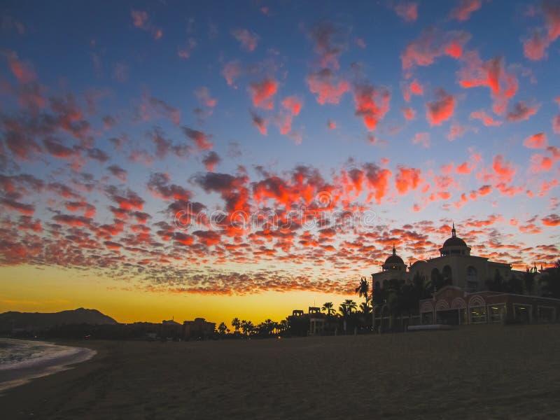 Ζωηρόχρωμος ουρανός πέρα από το παραθαλάσσιο θέρετρο Cabo SAN Lucas στοκ εικόνες