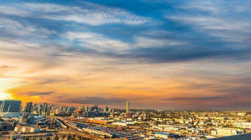 Ζωηρόχρωμος ουρανός πέρα από το Σαν Ντιέγκο στο ηλιοβασίλεμα στοκ φωτογραφίες με δικαίωμα ελεύθερης χρήσης