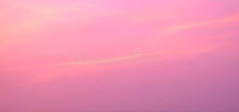 Ζωηρόχρωμος ουρανός πρωινού με τα ροζ χρώματα - αφηρημένο υπόβαθρο στοκ εικόνα με δικαίωμα ελεύθερης χρήσης