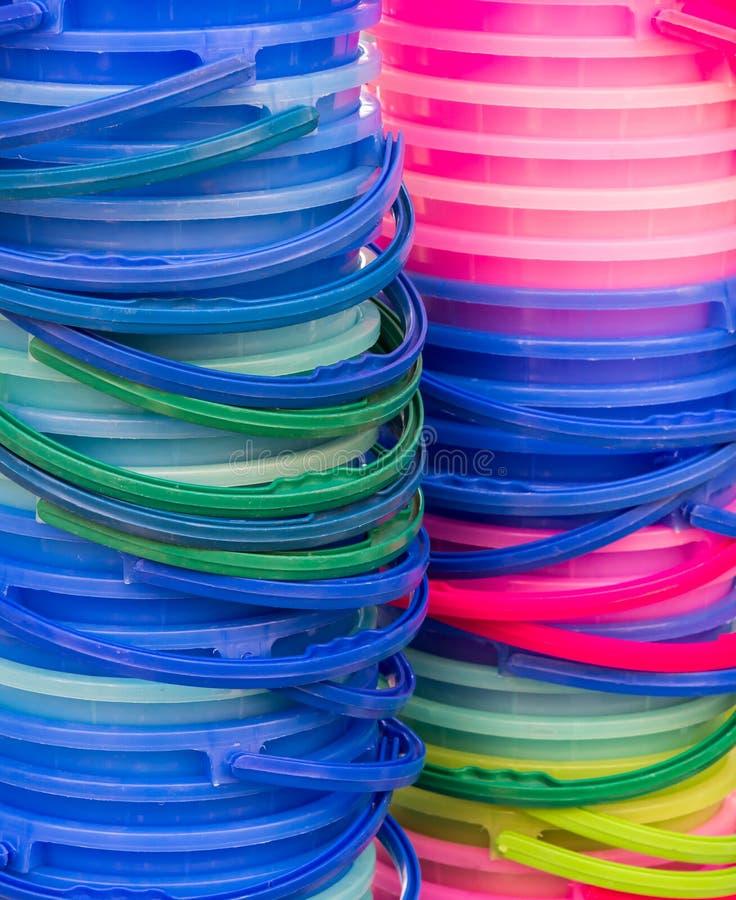 Ζωηρόχρωμος πλαστικός σωρός κάδων στοκ εικόνες
