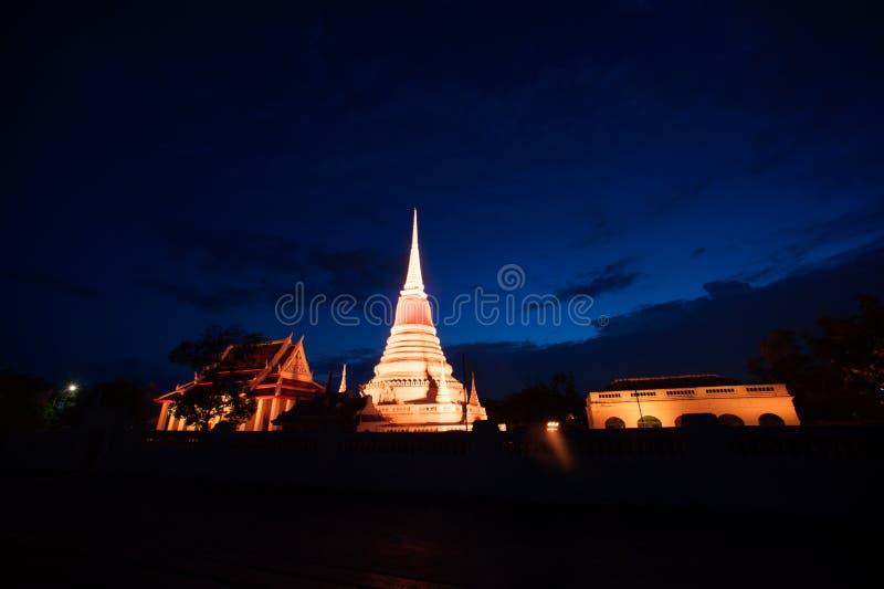 Ζωηρόχρωμος στο λυκόφως της παγόδας Phra Samut Chedi στην Ταϊλάνδη στοκ εικόνα
