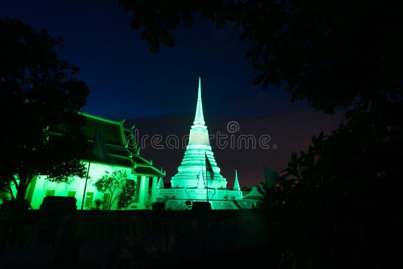 Ζωηρόχρωμος στο λυκόφως της παγόδας Phra Samut Chedi στην Ταϊλάνδη στοκ φωτογραφία