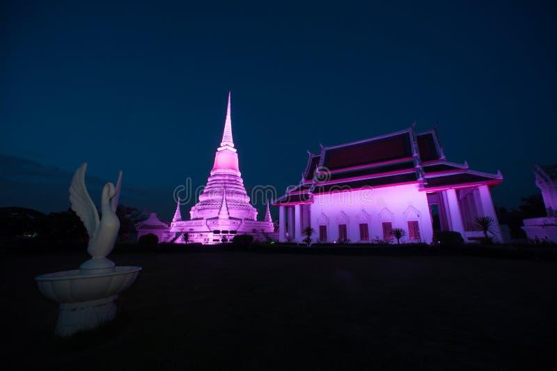 Ζωηρόχρωμος στο λυκόφως της παγόδας Phra Samut Chedi στην Ταϊλάνδη στοκ εικόνες