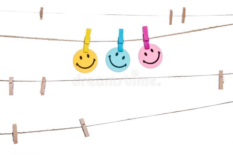 Ζωηρόχρωμος συνδετήρας σε έναν σπάγγο, υπόμνημα χαμόγελου ευτυχές στοκ εικόνες