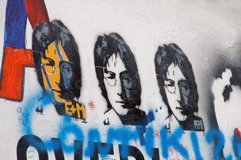 Ζωηρόχρωμος τοίχος γκράφιτι, τρία αντίγραφα Lennon στοκ φωτογραφίες