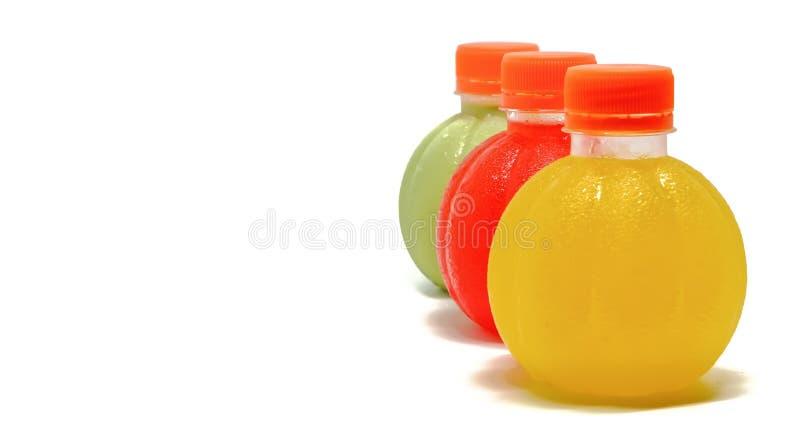 Ζωηρόχρωμος του γλυκού πόσιμου νερού που παρατάσσεται σε μια κάθετη σειρά στη δεξιά πλευρά του άσπρου υποβάθρου στοκ φωτογραφία με δικαίωμα ελεύθερης χρήσης