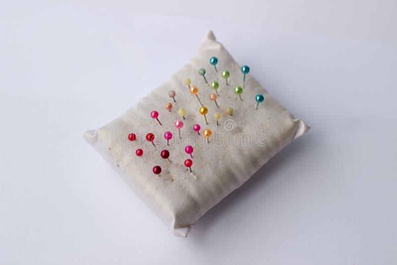 Ζωηρόχρωμος των καρφιτσών και του μαξιλαριού καρφιτσών στοκ εικόνα με δικαίωμα ελεύθερης χρήσης