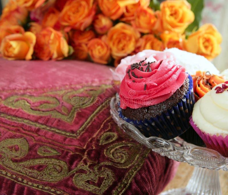ζωηρόχρωμος muffin κρέμας cupcakes πορ στοκ εικόνες