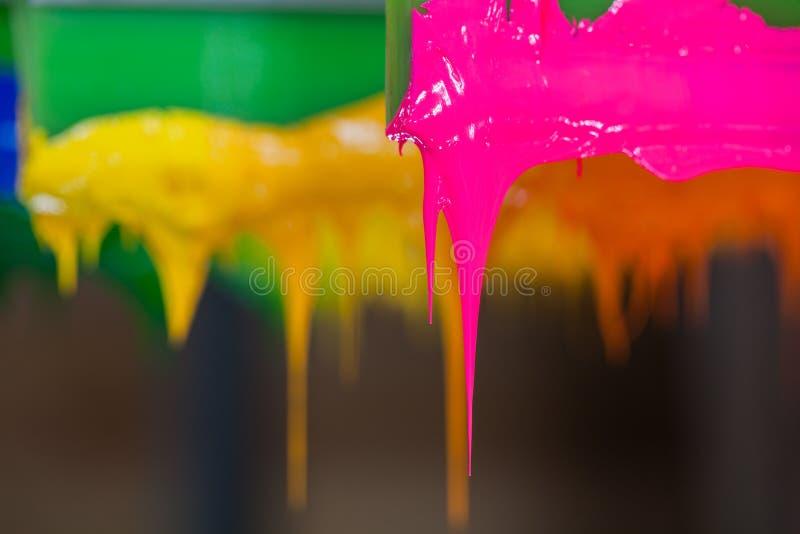 ζωηρόχρωμος plastisol του ραβδιού μελανιού στη λαβή εκτυπωτών στοκ φωτογραφίες με δικαίωμα ελεύθερης χρήσης