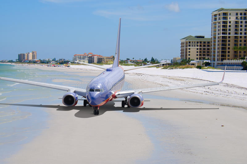 Ζωηρόχρωμο αεροπλάνο που παίρνει διακοπές σπασιμάτων παραλιών στοκ εικόνες με δικαίωμα ελεύθερης χρήσης