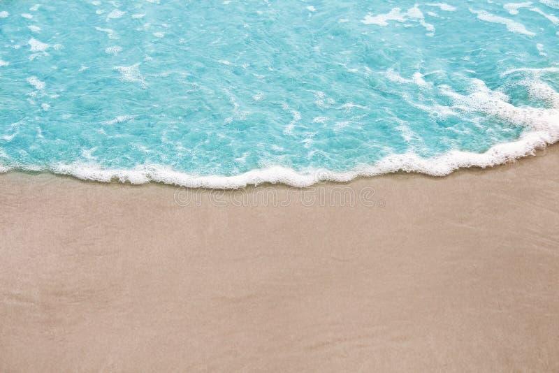 Ζωηρόχρωμο ανοικτό μπλε κύμα στο αμμώδες υπόβαθρο θάλασσας φύσης ακτών στοκ φωτογραφίες