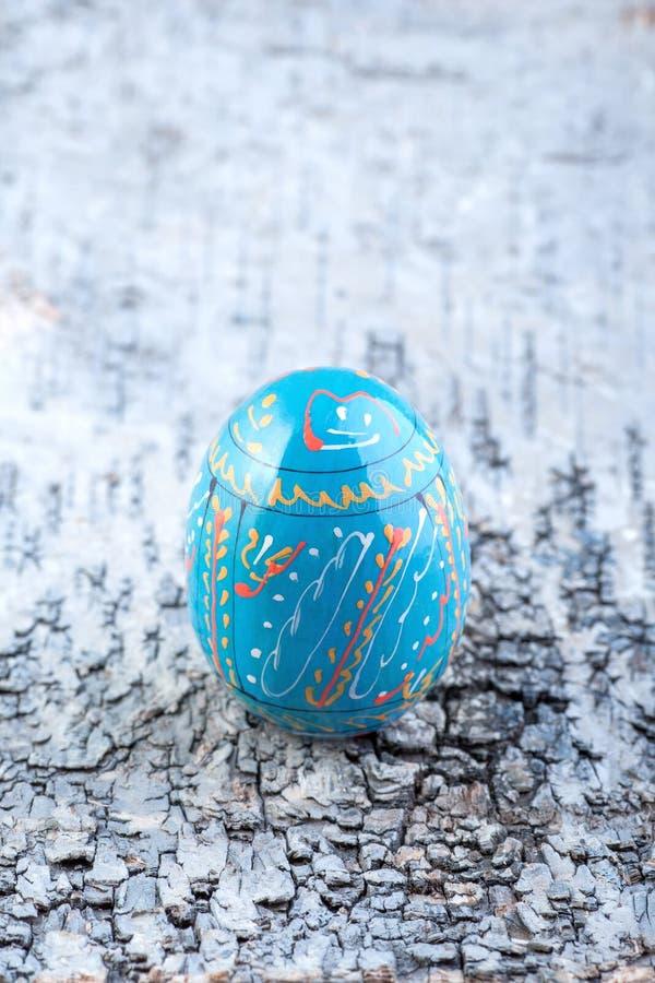 Ζωηρόχρωμο αυγό Πάσχας στον μπλε ξύλινο πίνακα στοκ φωτογραφίες με δικαίωμα ελεύθερης χρήσης