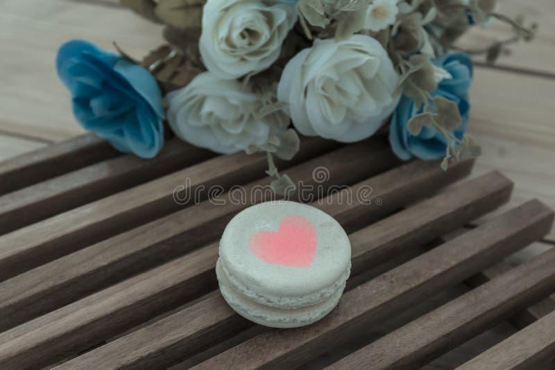 Ζωηρόχρωμο γαλλικό Macarons στην ξύλινη επιτροπή, εκλεκτής ποιότητας φίλτρο επίδρασης στοκ φωτογραφίες