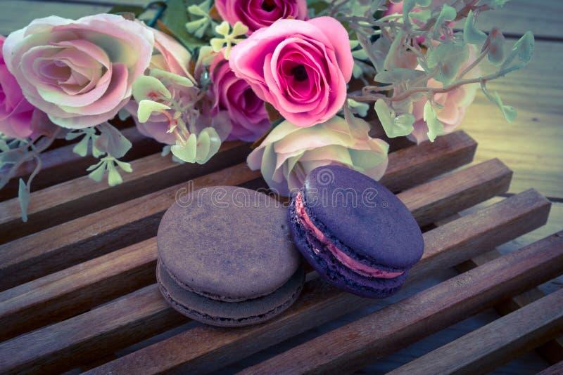 Ζωηρόχρωμο γαλλικό Macarons στην ξύλινη επιτροπή, εκλεκτής ποιότητας φίλτρο επίδρασης στοκ εικόνα