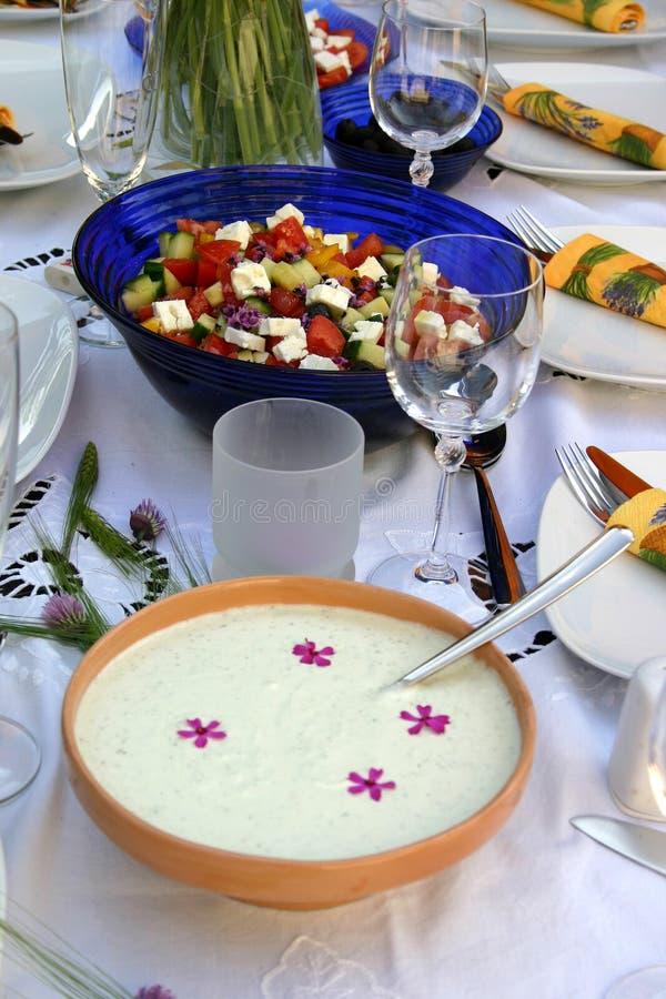 ζωηρόχρωμο διακοσμημένο επιτραπέζιο tzatziki σαλάτας στοκ εικόνες με δικαίωμα ελεύθερης χρήσης