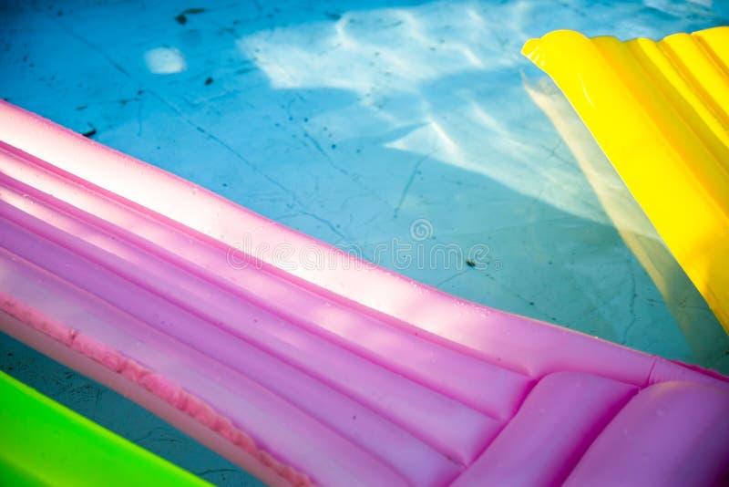 Ζωηρόχρωμο διογκώσιμο στρώμα στη βρώμικη πισίνα Πισίνα με το ρύπο και φύλλα στο κατώτατο σημείο στοκ εικόνες με δικαίωμα ελεύθερης χρήσης