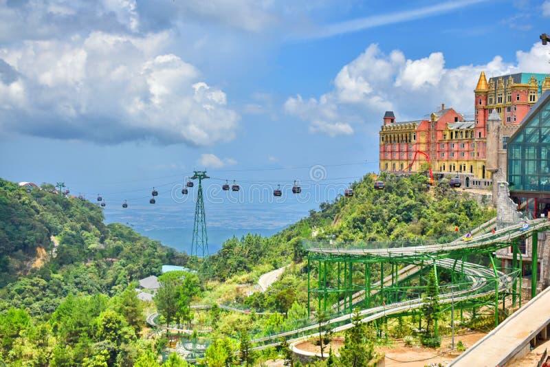 Ζωηρόχρωμο εκλεκτής ποιότητας κτήριο with†‹cable†‹cars†πάρκο ‹και διασκέδασης στους λόφους Bana, DA Nang, Βιετνάμ στοκ εικόνες