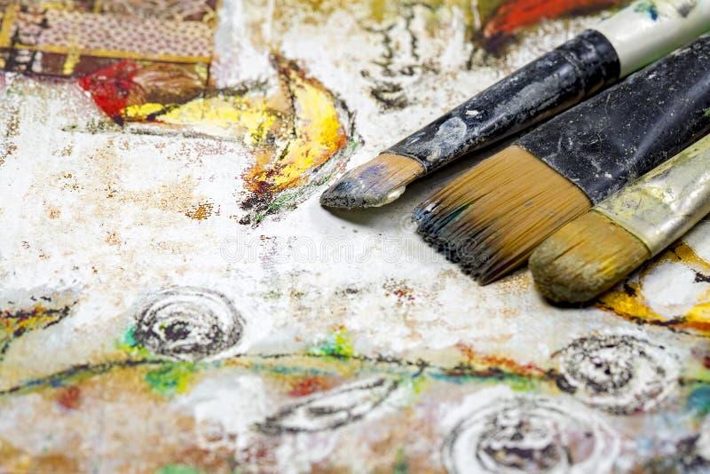 Ζωηρόχρωμο ελαιόχρωμα, διαφορετικοί τύποι βουρτσών και παλέτα στοκ φωτογραφία με δικαίωμα ελεύθερης χρήσης