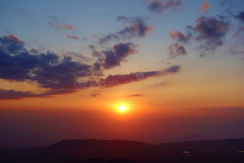 Ζωηρόχρωμο ηλιοβασίλεμα από την άκρη του ηφαιστείου Azhdahak στα βουνά Geghama, Αρμενία στοκ εικόνες με δικαίωμα ελεύθερης χρήσης