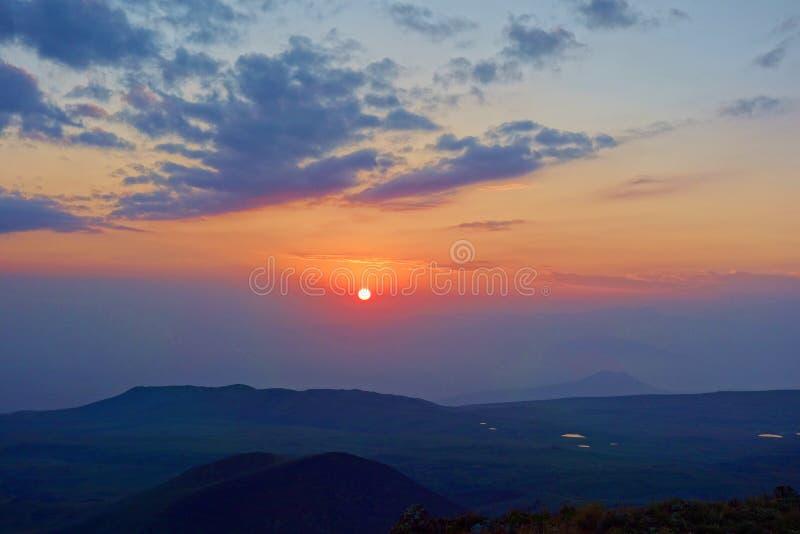 Ζωηρόχρωμο ηλιοβασίλεμα από την άκρη του ηφαιστείου Azhdahak στα βουνά Geghama, Αρμενία στοκ φωτογραφία με δικαίωμα ελεύθερης χρήσης
