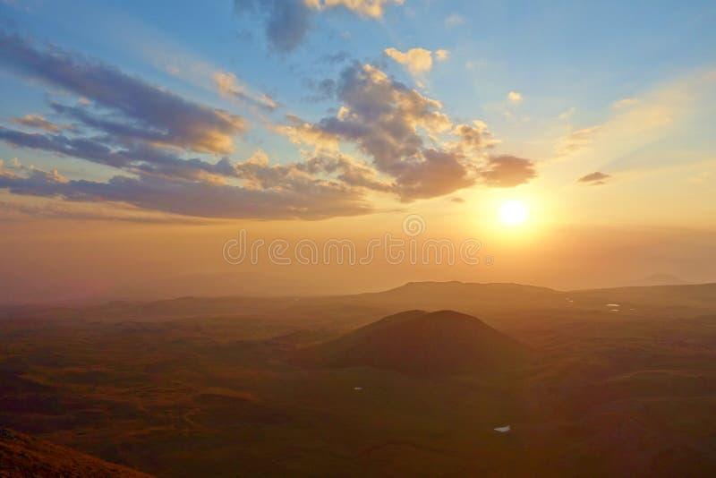 Ζωηρόχρωμο ηλιοβασίλεμα από την άκρη του ηφαιστείου Azhdahak στα βουνά Geghama, Αρμενία στοκ φωτογραφία