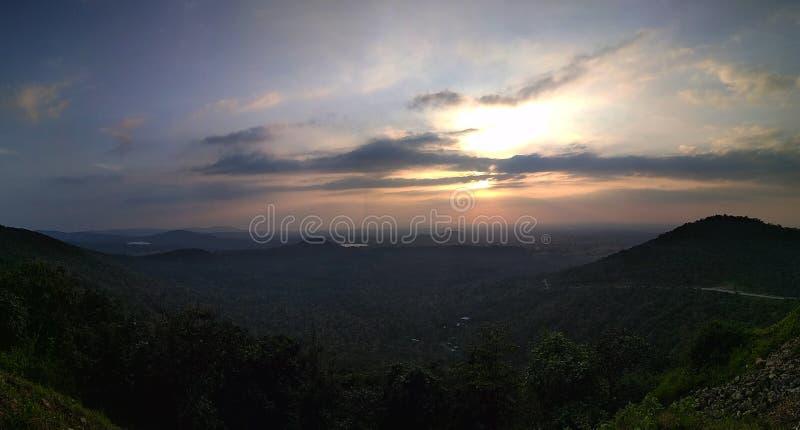 ζωηρόχρωμο ηλιοβασίλεμα βουνών στοκ εικόνες με δικαίωμα ελεύθερης χρήσης