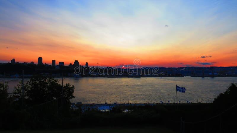 Ζωηρόχρωμο ηλιοβασίλεμα πέρα από την πόλη του Κεμπέκ, Καναδάς στοκ εικόνες