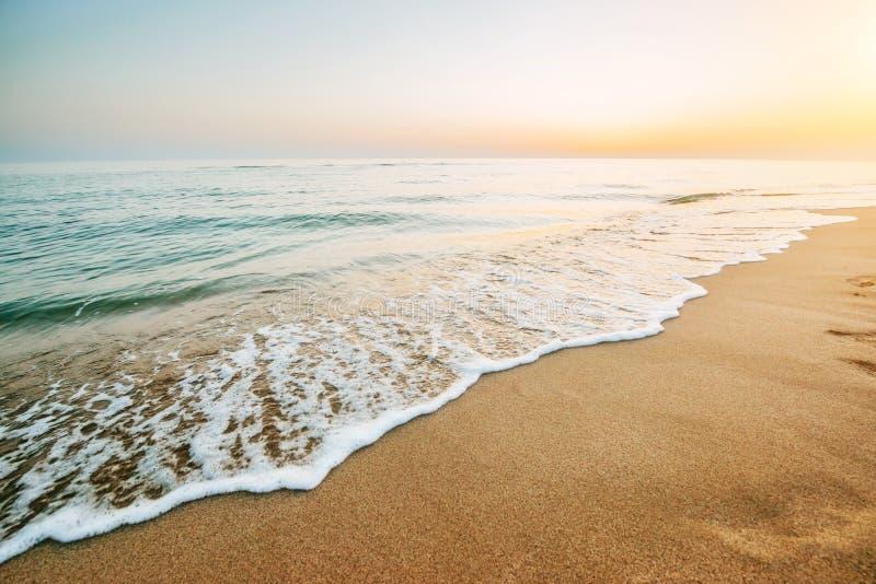 Ζωηρόχρωμο ηλιοβασίλεμα πέρα από τη θάλασσα στοκ εικόνα με δικαίωμα ελεύθερης χρήσης