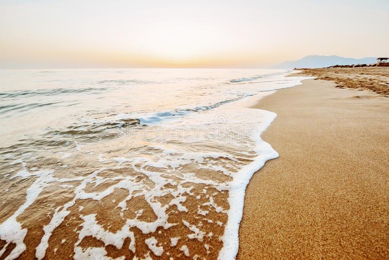 Ζωηρόχρωμο ηλιοβασίλεμα πέρα από τη θάλασσα στοκ εικόνες