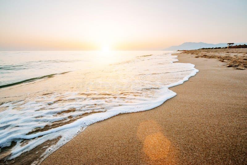 Ζωηρόχρωμο ηλιοβασίλεμα πέρα από τη θάλασσα στοκ φωτογραφία