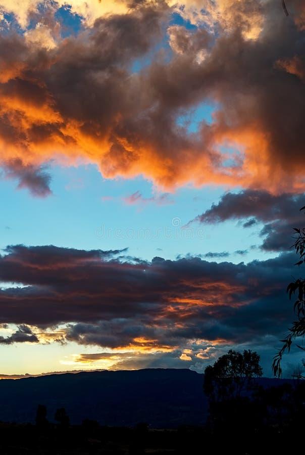 Ζωηρόχρωμο ηλιοβασίλεμα στα των Άνδεων βουνά στοκ εικόνες