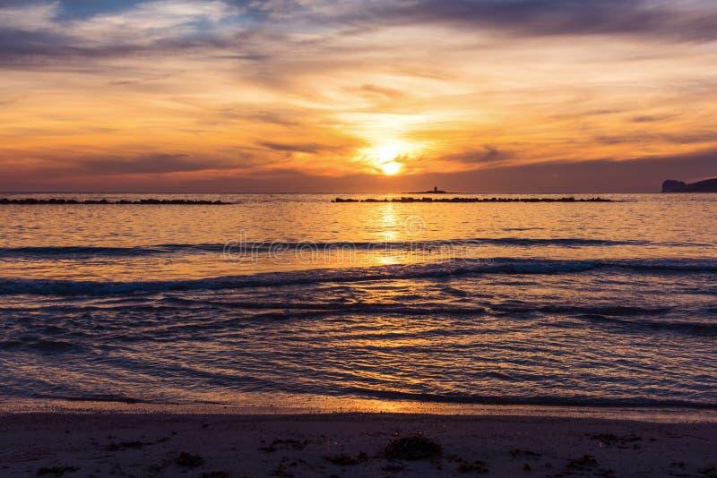 Ζωηρόχρωμο ηλιοβασίλεμα στην ακτή Alghero στοκ εικόνες με δικαίωμα ελεύθερης χρήσης