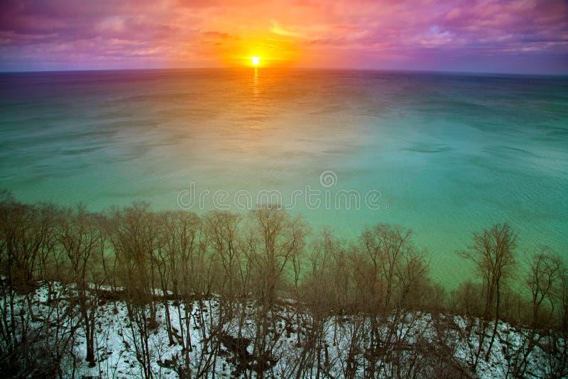 Ζωηρόχρωμο ηλιοβασίλεμα κατά τη διάρκεια του χειμώνα θάλασσας επάνω από την όψη στοκ εικόνες