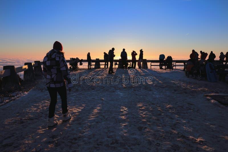 Ζωηρόχρωμο ηλιοβασίλεμα πέρα από την αντιστροφή στην κοιλάδα στοκ φωτογραφίες