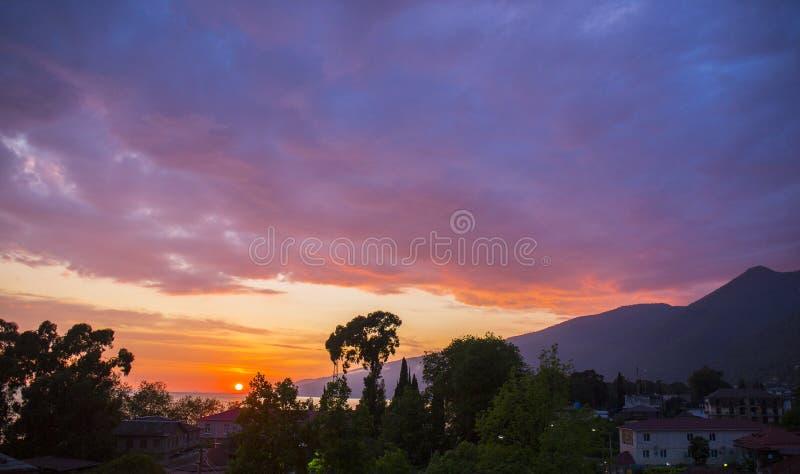 Ζωηρόχρωμο ηλιοβασίλεμα πέρα από τη παραλιακή πόλη στοκ εικόνες