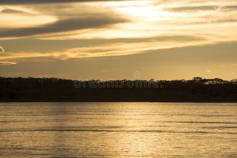 Ζωηρόχρωμο ηλιοβασίλεμα στον ποταμό Αμαζόνιος στο τροπικό δάσος, Βραζιλία στοκ εικόνα με δικαίωμα ελεύθερης χρήσης