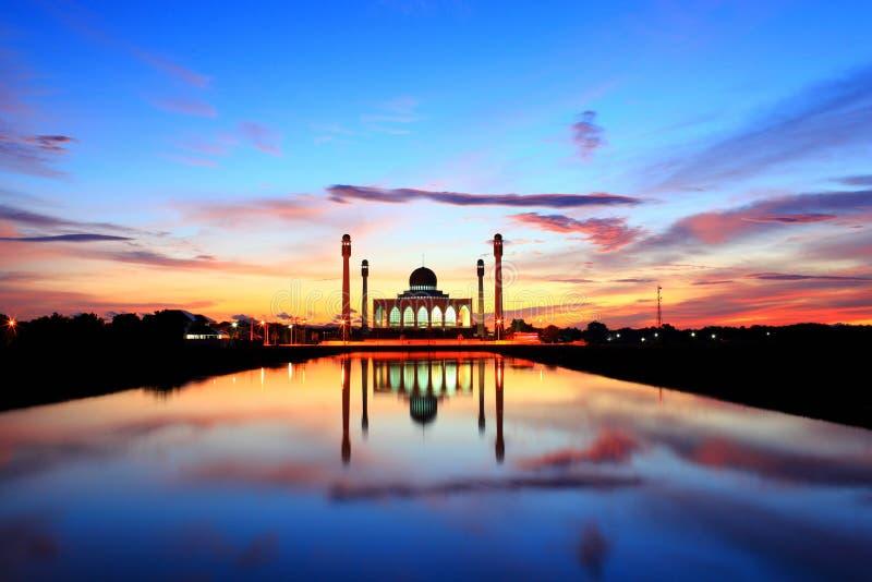 Ζωηρόχρωμο ηλιοβασίλεμα στο μουσουλμανικό τέμενος στην Ταϊλάνδη στοκ φωτογραφίες με δικαίωμα ελεύθερης χρήσης