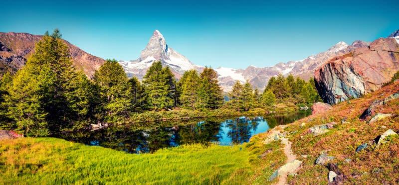 Ζωηρόχρωμο θερινό πανόραμα της λίμνης Grindjisee στοκ εικόνα