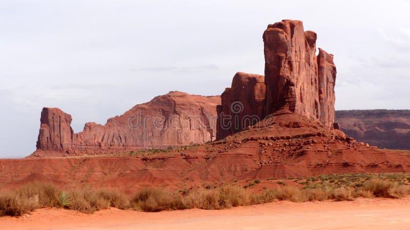 ζωηρόχρωμο διάσημο μνημείο μονόλιθων μυγών μπαλονιών πέρα από τον κόκκινο ψαμμίτη αυτοί κοιλάδα στοκ εικόνα