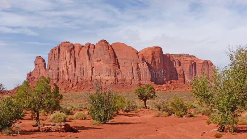 ζωηρόχρωμο διάσημο μνημείο μονόλιθων μυγών μπαλονιών πέρα από τον κόκκινο ψαμμίτη αυτοί κοιλάδα στοκ φωτογραφίες