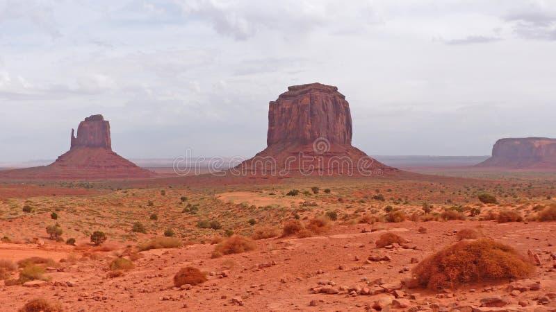 ζωηρόχρωμο διάσημο μνημείο μονόλιθων μυγών μπαλονιών πέρα από τον κόκκινο ψαμμίτη αυτοί κοιλάδα στοκ εικόνες