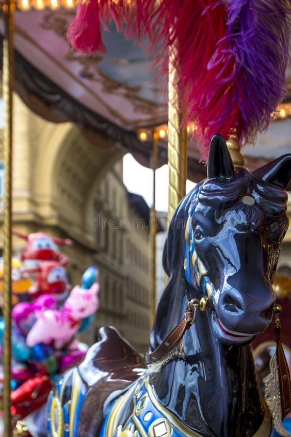 Ζωηρόχρωμο ιπποδρόμιο νεράιδων με το άλογο παιχνιδιών στο τετράγωνο Δημοκρατίας ` s, Φλωρεντία, Τοσκάνη, Ιταλία στοκ εικόνες