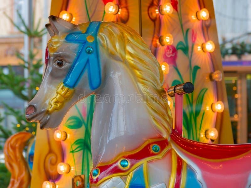Ζωηρόχρωμο ιπποδρόμιο ή εύθυμος-πηγαίνω-γύρω από άλογο στην αγορά Χριστουγέννων στοκ φωτογραφίες