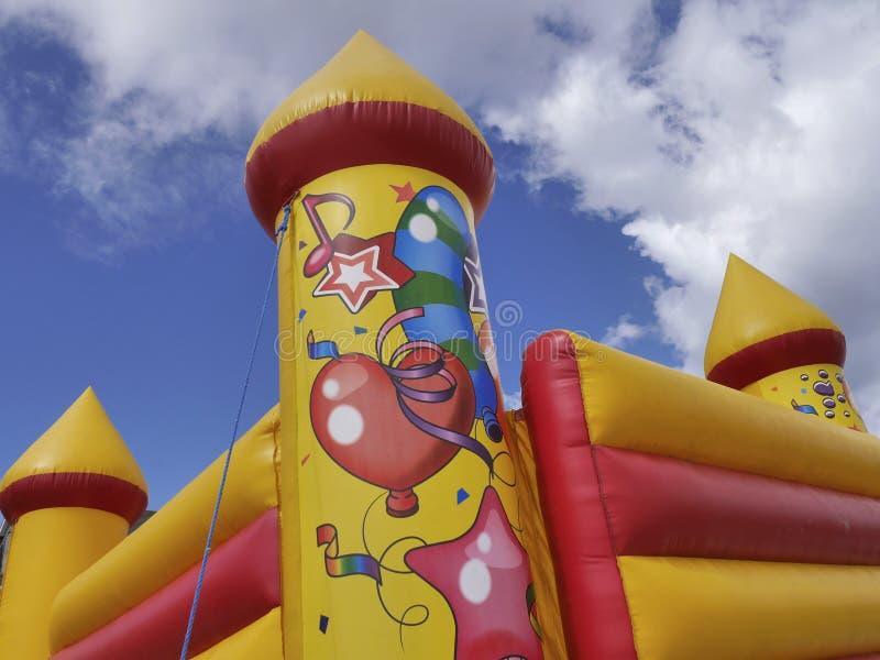 Ζωηρόχρωμο κάστρο bouncy στοκ εικόνα με δικαίωμα ελεύθερης χρήσης