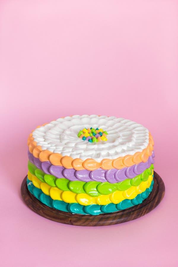 Ζωηρόχρωμο κέικ για το κόμμα παιδιών στοκ φωτογραφίες