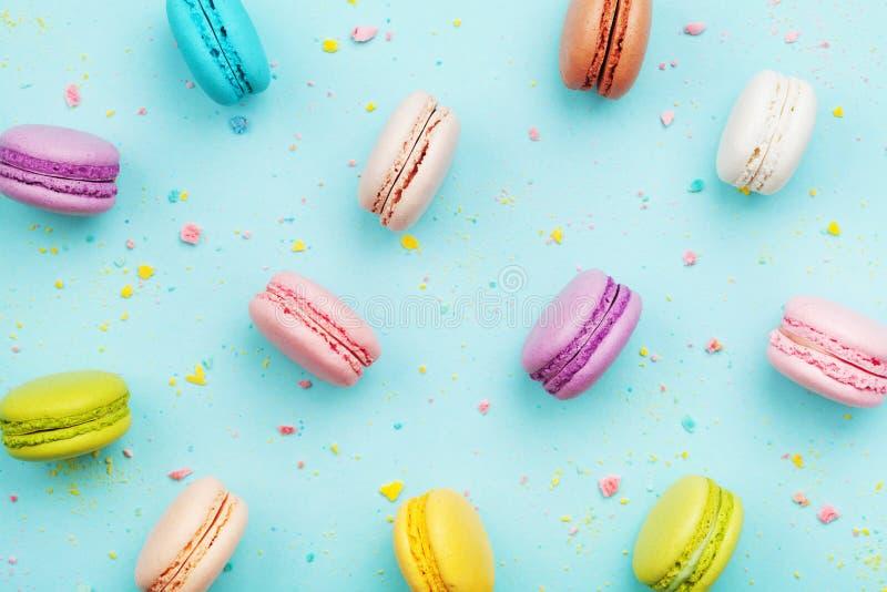 Ζωηρόχρωμο κέικ macaron ή macaroon στο τυρκουάζ υπόβαθρο κρητιδογραφιών άνωθεν Γαλλικά μπισκότα αμυγδάλων στη τοπ άποψη επιδορπίω στοκ εικόνες