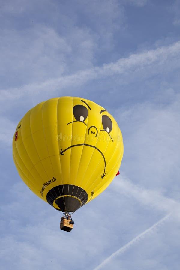 Ζωηρόχρωμο κίτρινο μπαλόνι με το πρόσωπο στοκ εικόνες με δικαίωμα ελεύθερης χρήσης