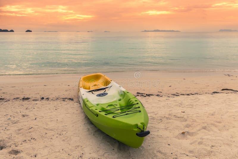 Ζωηρόχρωμο καγιάκ στην τροπική παραλία Koh του νησιού Samui, Ταϊλάνδη στο χρόνο ηλιοβασιλέματος στοκ εικόνα