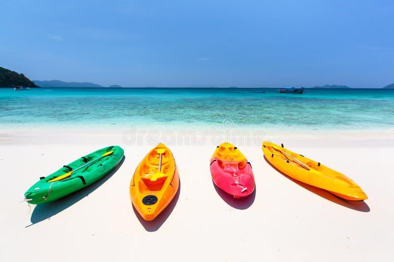 Ζωηρόχρωμο καγιάκ στην τροπική παραλία νησιών, Ταϊλάνδη στοκ εικόνες